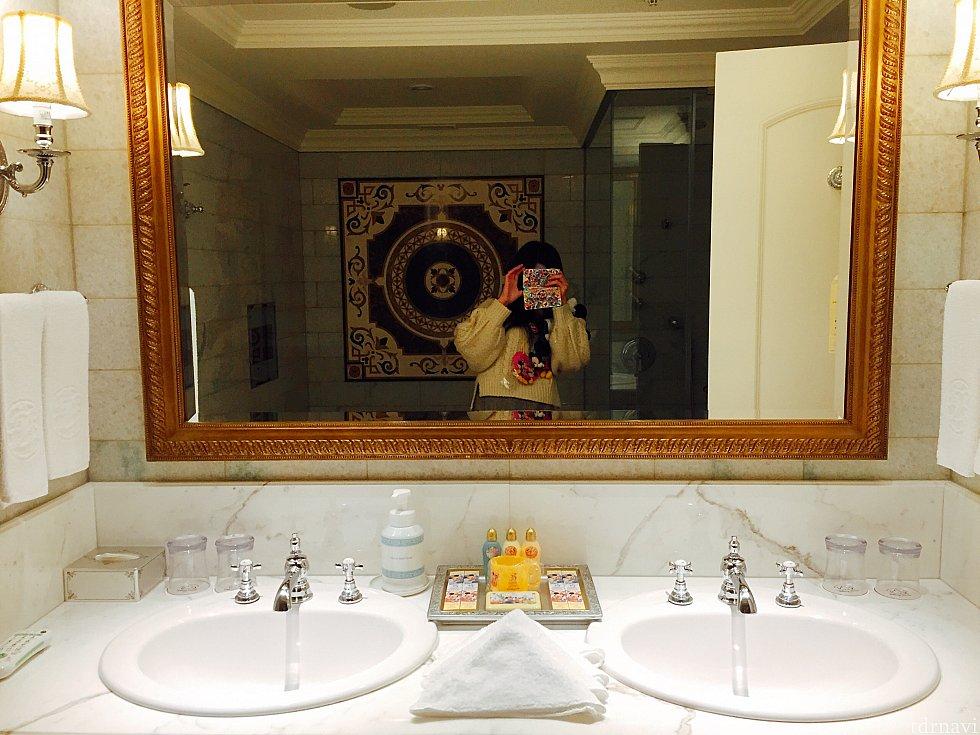 バスルームの洗面台です。洗面台は横並びで2つ、他にもクローゼットの前あたりにもう1つあり合計3つでとても便利でした!