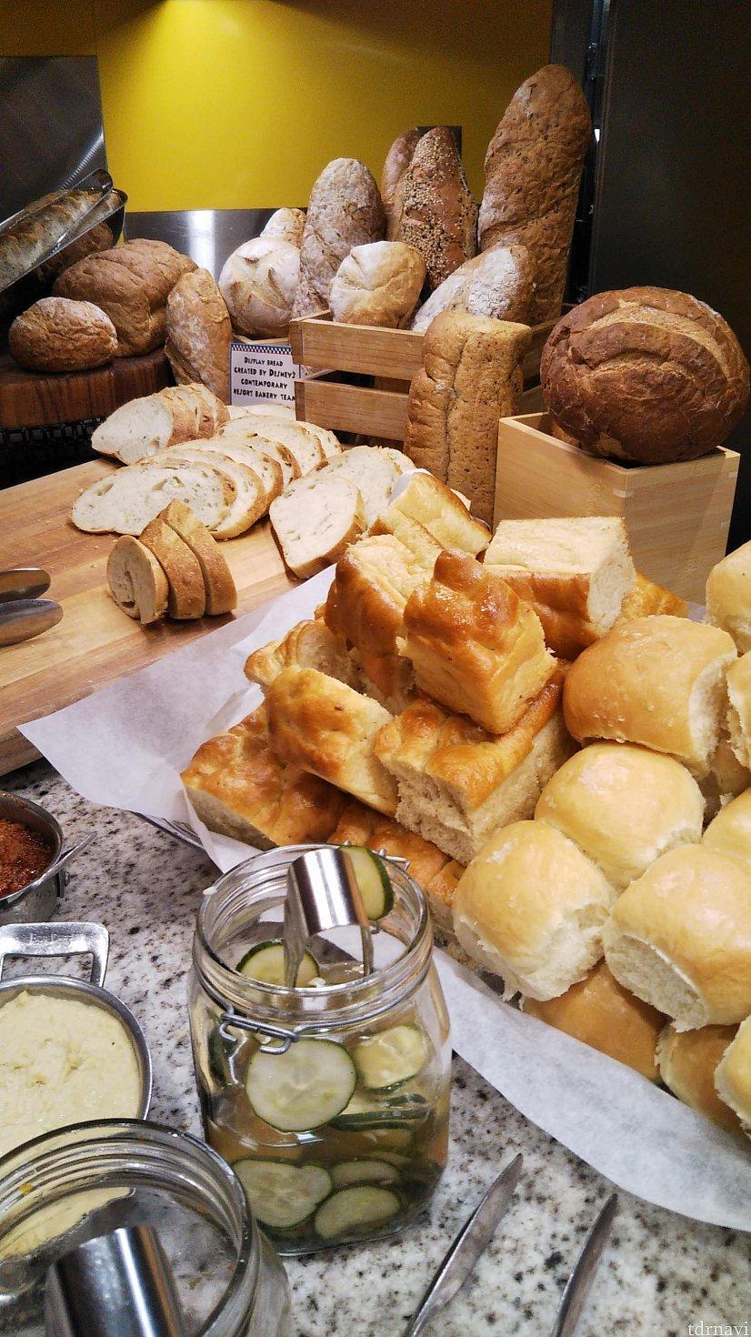まずはパン!レイアウトがきれいでどれもおいしそう。