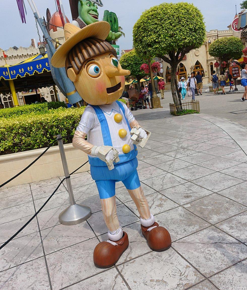 お城の前ではピノキオがグリーティング!