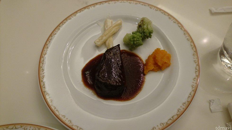 【写真E】メインディッシュ!牛ほほ肉の赤ワイン煮込みです。