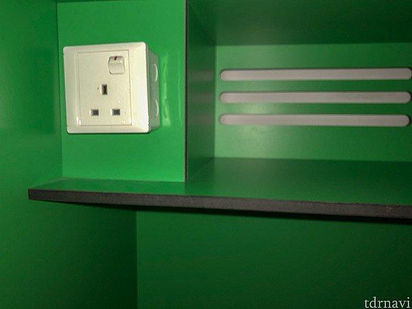 荷物入れの中には充電用のコンセントもあります。スマホやバッテリーの充電も安心してできますね。