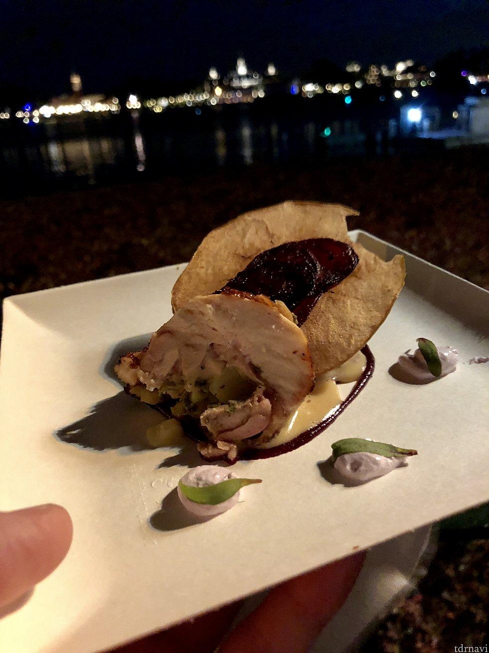 鶏肉にブルーベリーとビートが中に。そして薄ーいアップルチップと数種類のソースが添えられた、アーティスティックな一品。これも美味しくてオススメです。