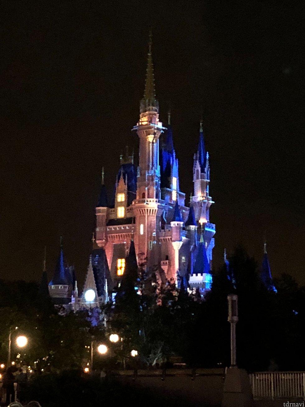 ショー間近になるとマッピングでお城が変わります