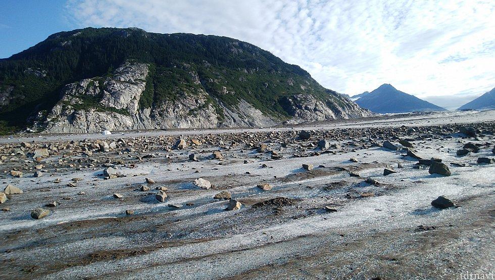 崩れた岩石が風で飛ばされ、岩石だらけの場所も
