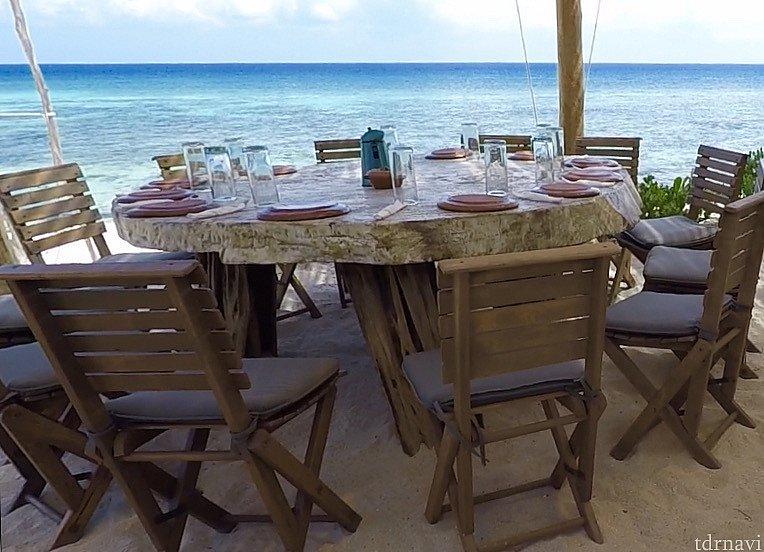 美しいカリブ海を眺めなら美味しいランチができます。