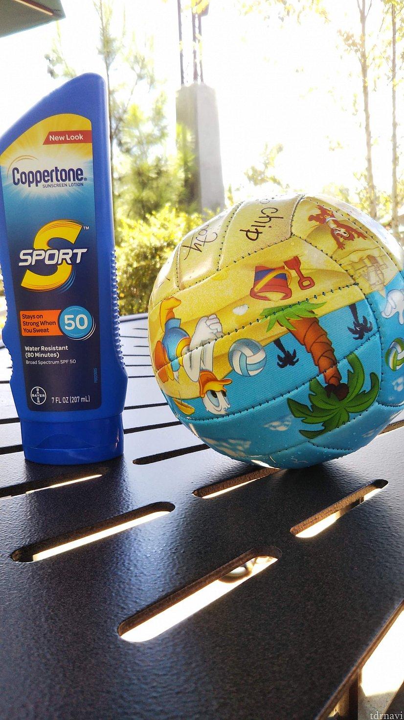 お土産屋さんで買える日焼け止めとプールボール。 プールボールはホテルのプールで遊ぶときに大活躍した。