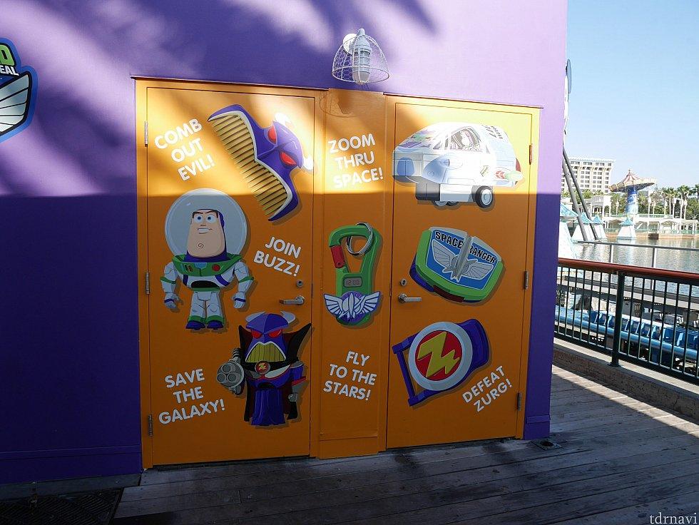 偽物のバズはこのチェーン店のキッズセット用おもちゃの見本として店頭で飾られていました。お店の外装におまけのおもちゃたちが描かれています。