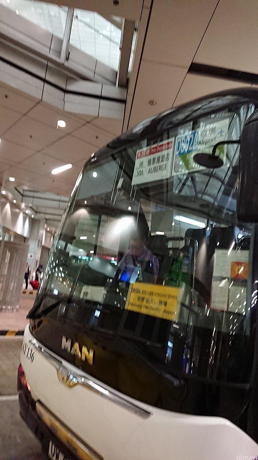 ホテルまで行かないバスにはオーベルジュ❌と書いた札が張ってある。これは行くバスです。