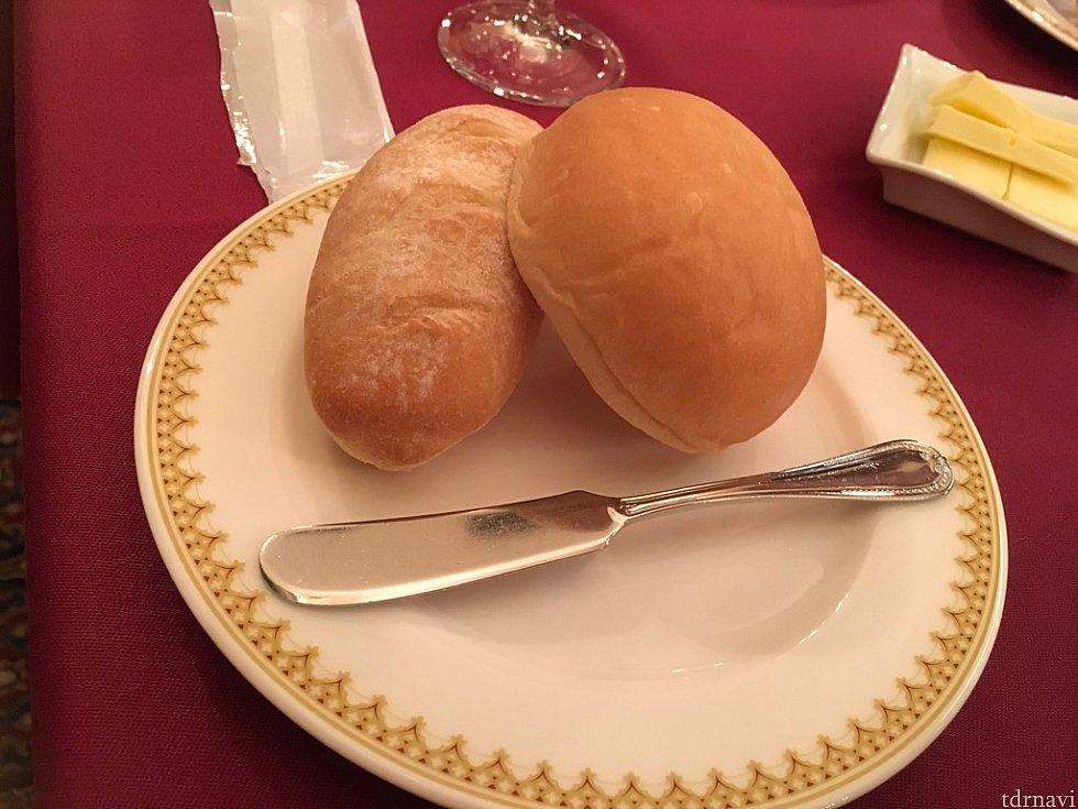 右が米粉のパン、左がミニフランス。米粉のパンがほんのり甘く、美味しかったですよ。ちょうど米粉があるから、うちでも作ってみようかな?