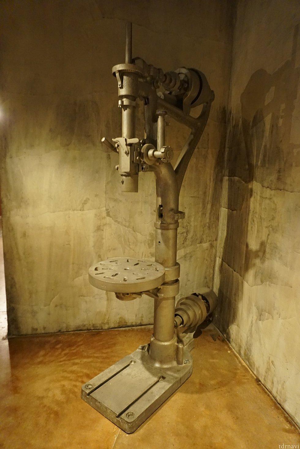 工場で使われていた様な機械が所々に。