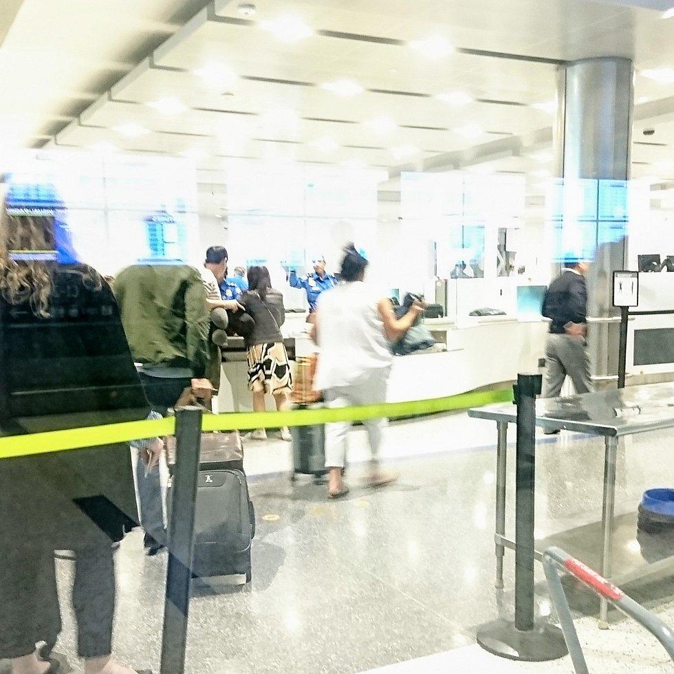 到着後は乗り継ぎの心配と、撮影の制限区域があるので、写真を撮りませんでした。 これは帰国時に外側から見た手荷物検査場。