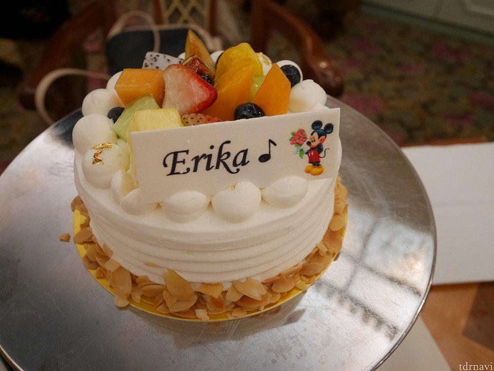 バースデーケーキ!プレートの文は指定できます。香港ディズニー内の食べ物で、このケーキが一番美味しかったかも!?一口も食べずに持ち帰りました。