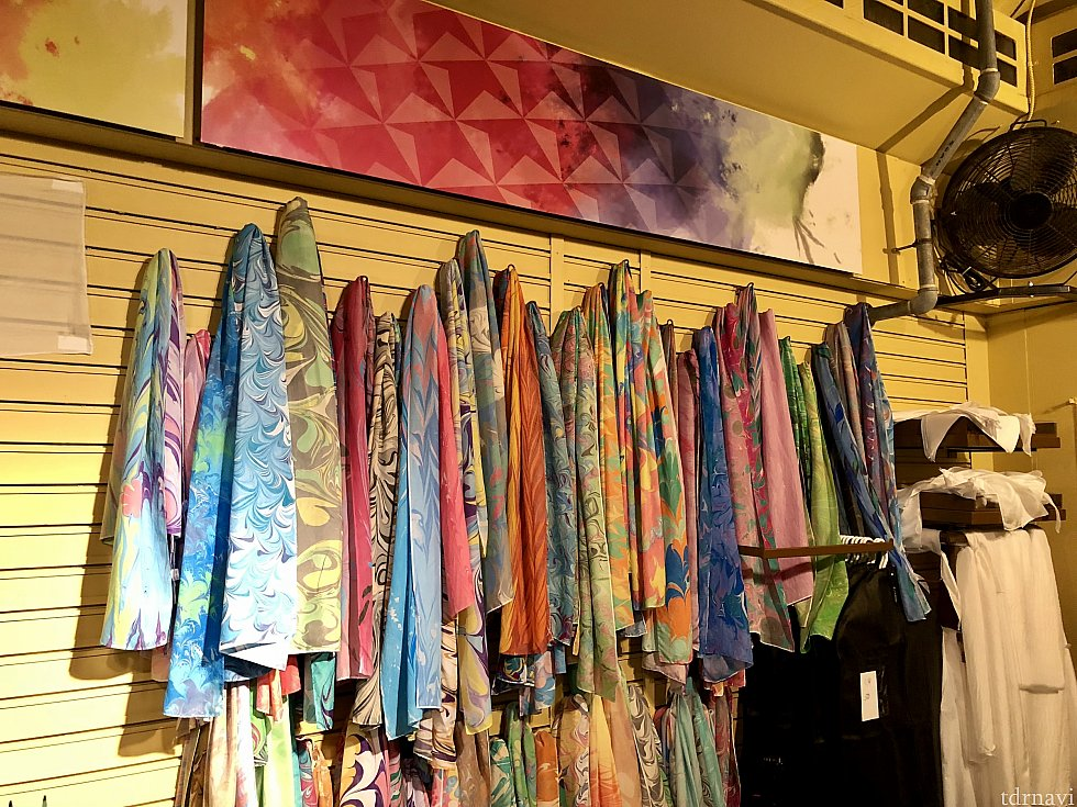 こちらの人気スカーフショップはイベント初登場。人気の秘密は自分で柄が手作り出来るという、アートフェスティバルならではのクリエイティブなショップ。$59又は$89で、高い方だと、Lサイズのスカーフ、Sサイズ3枚とバンダナが作れるそうです。