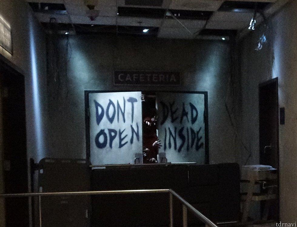 「DONT OPEN DEAD INSIDE」と書かれたドアからゾンビの手が…。気持ちの悪いうめき声が響いています。1話のこのシーンは印象的でしたよね。