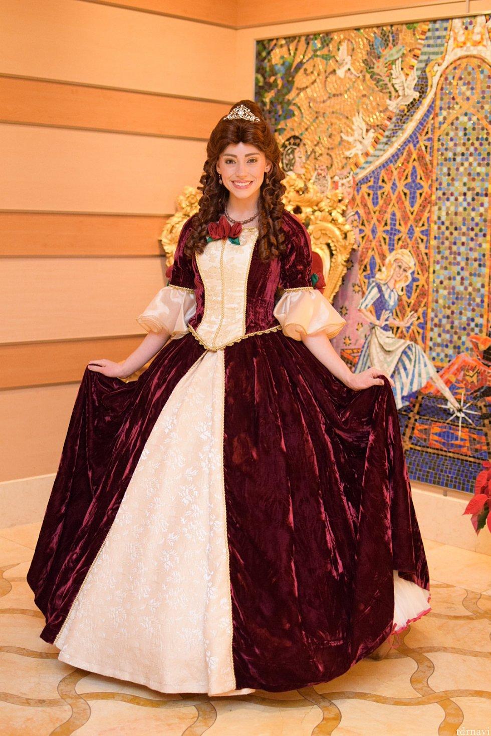 いつものイエローのドレスではなかったのでびっくり!生地はベロアでした。