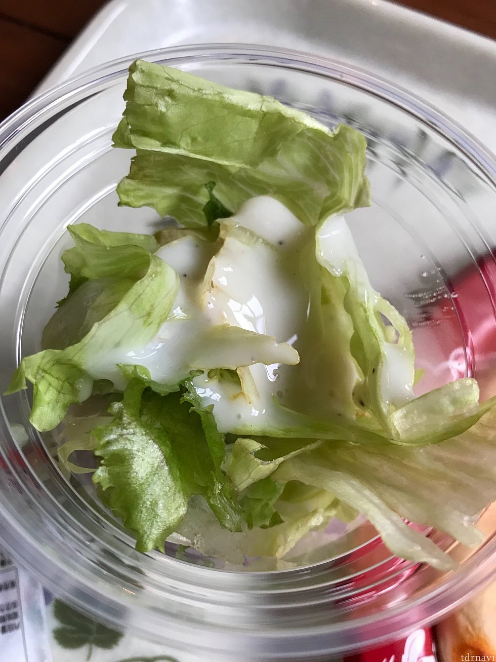 サラダにかけて、まぜまぜ〜🎶🎶サラダはレタス、紫キャベツ、オリーブが入ってます✨✨