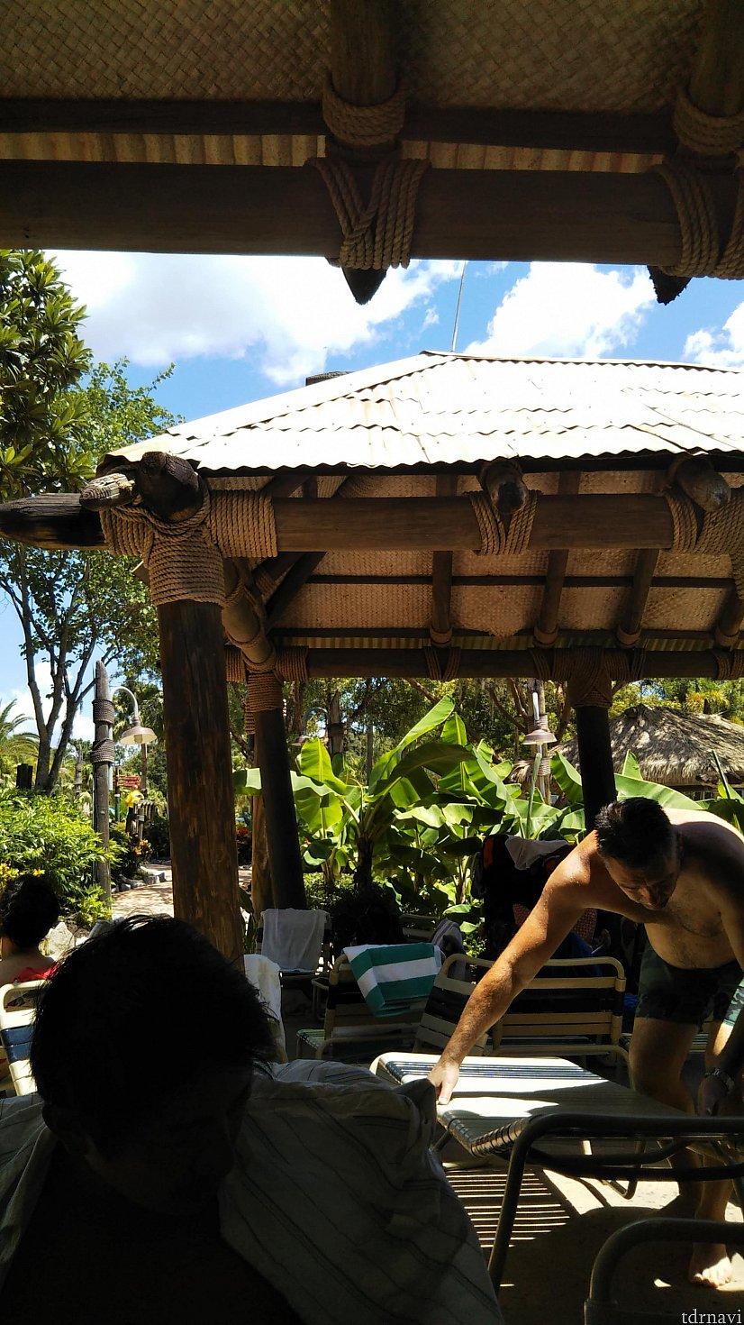 大人数が入る大きな屋根の席もあります。この場合は複数家族がシェアします。 それでも屋根があるということでまあまあ良い席です。 日焼けもそうですが、激しいスコールが必ず1回はあるので、屋根の下に座れる席があると座ってタオルにくるまって、時にはドリンクを飲みながらスコールをやり過ごせます。