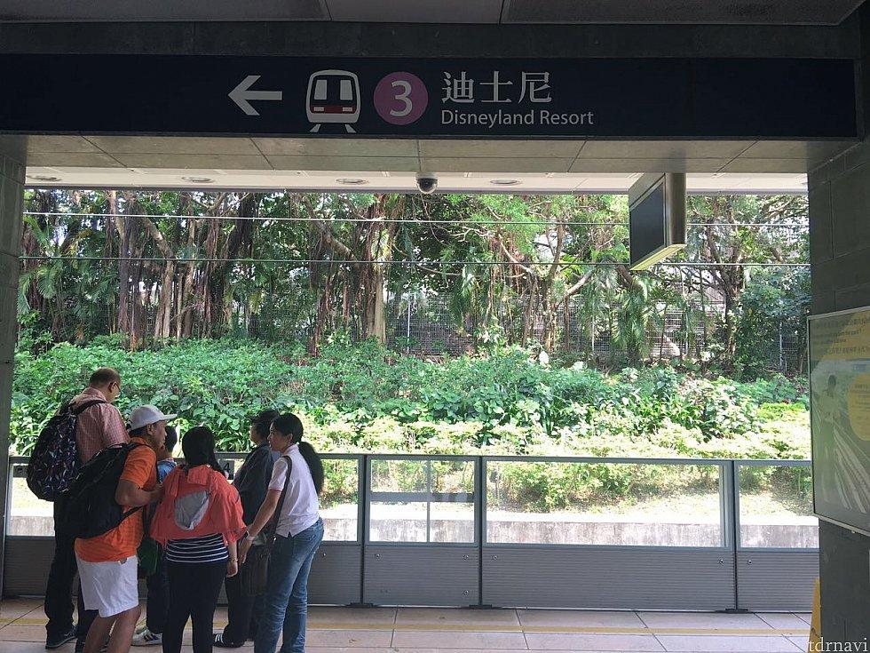 欣澳駅に到着。車両から降りて反対側のホームがディズニーランド・リゾートラインです。あと1駅!