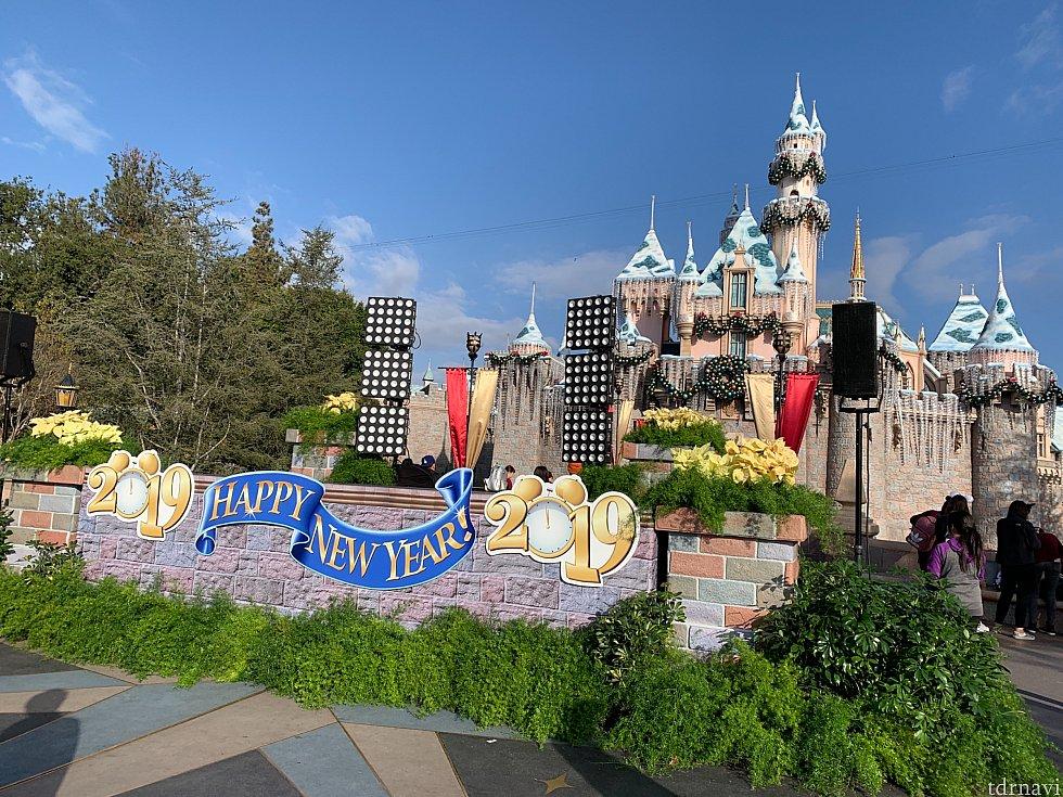 城前にはステージが出来ていました