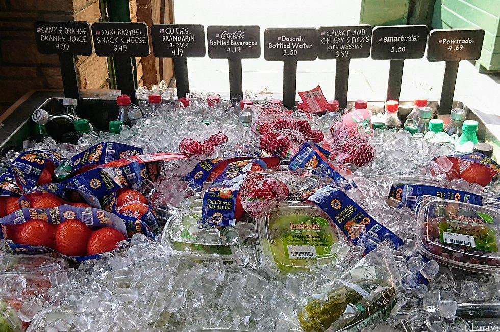 氷漬けになっていると、本当に美味しそう! ピクルスや野菜スティック、チーズ等、アメリカのパークらしいですね。