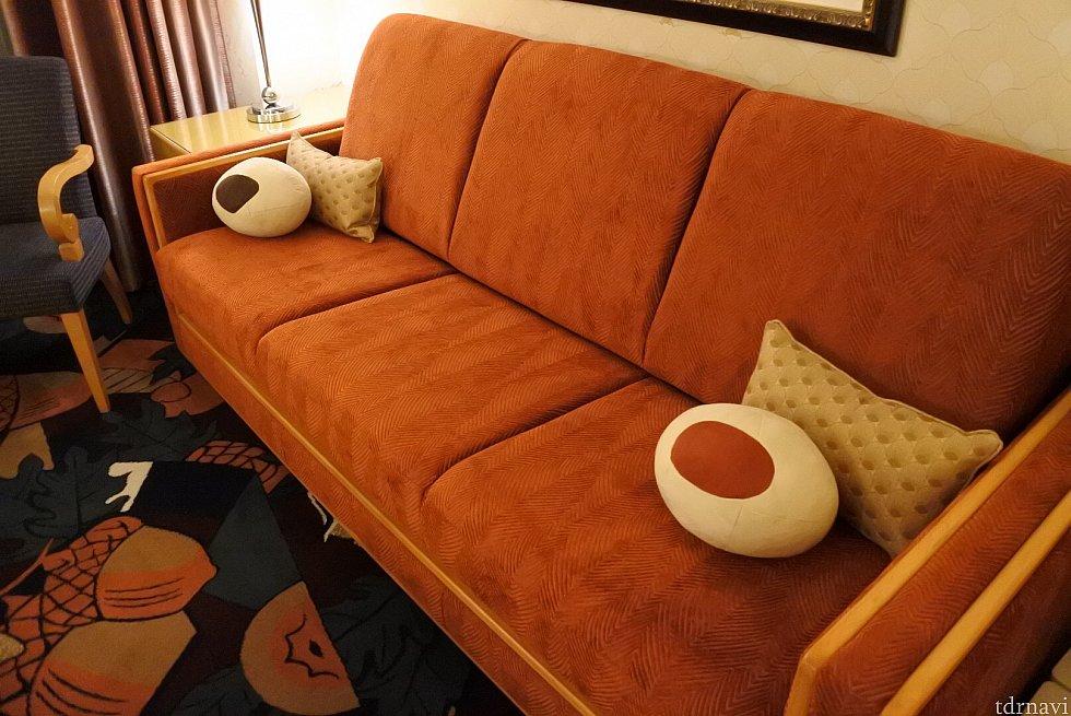 チップとデールモチーフのクッションソファもふかふかです。