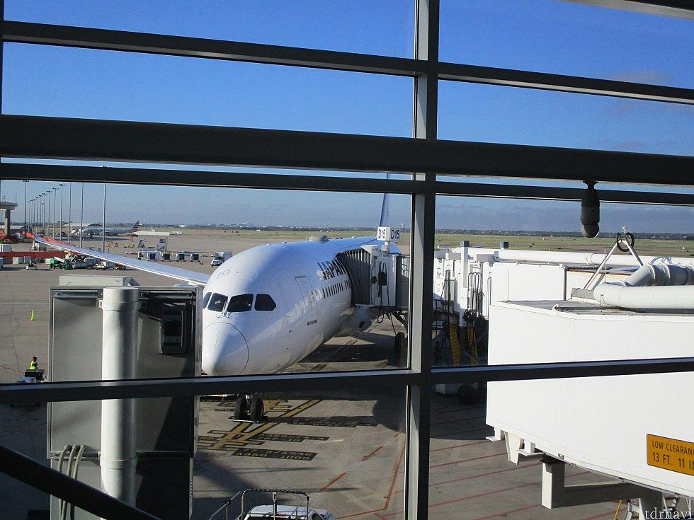 東京国際空港(羽田)から11時間30分でダラス・フォートワース国際空港のターミナルDに到着。