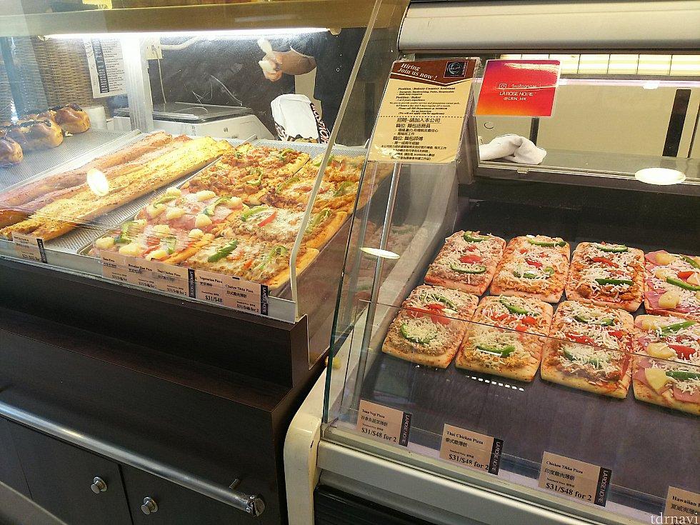 パンを袋詰めしてもらうカウンターにはピザが! こちらも袋詰めして貰いましょう。