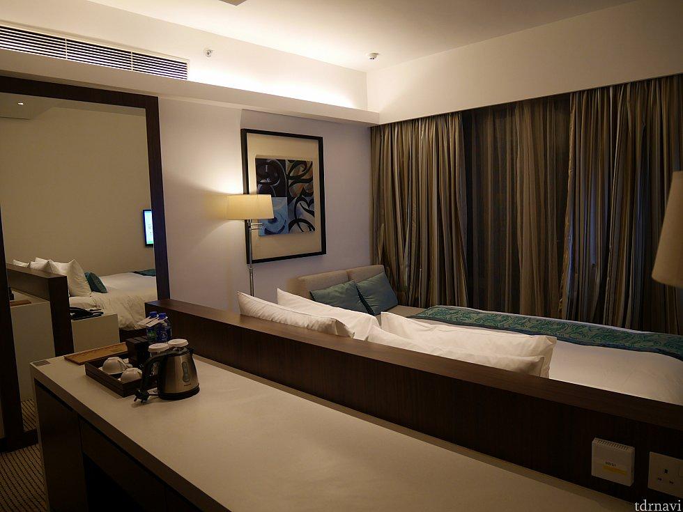 ベッドの後ろから撮影。左に大きな姿見があります。
