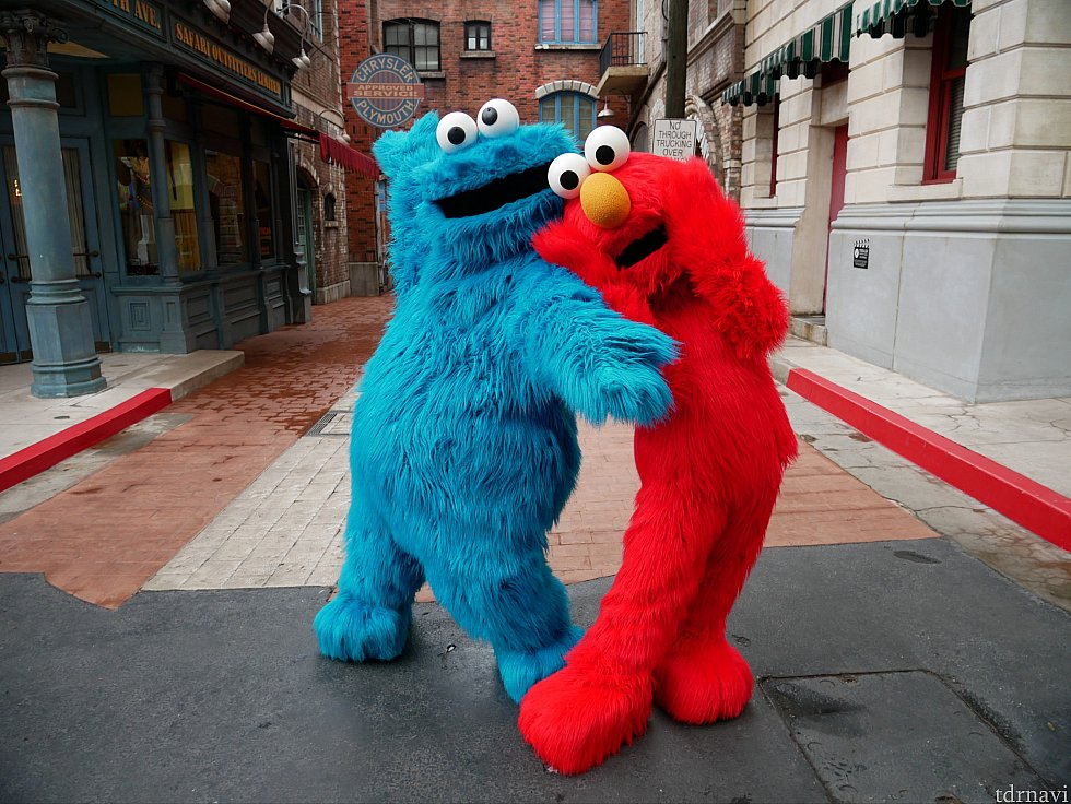 クッキーモンスターとエルモはニューヨークエリアにいました。時間によってセサミストリートのキャラの組み合わせは変わるかもしれません。