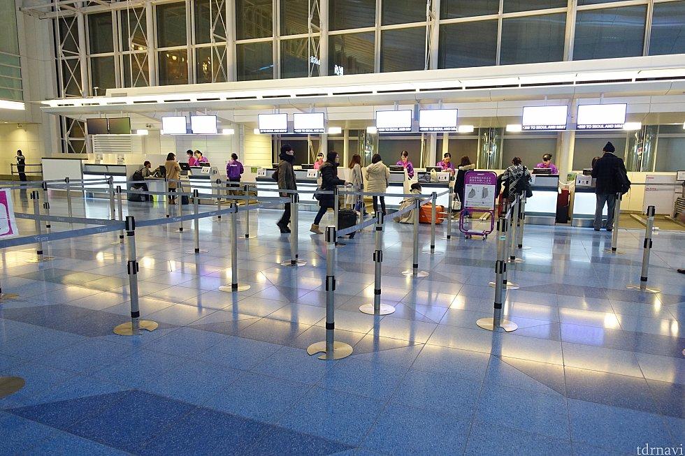 羽田空港のカウンターは意外にもガラガラで快適チェックイン