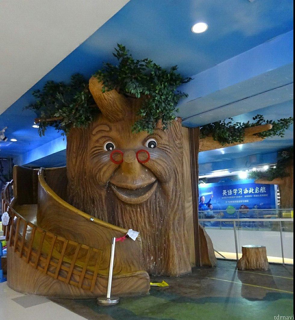 連絡通路を抜けると3階のキッズフロアに出ます。ちょっぴり怖い大木がお出迎えしてくれます。