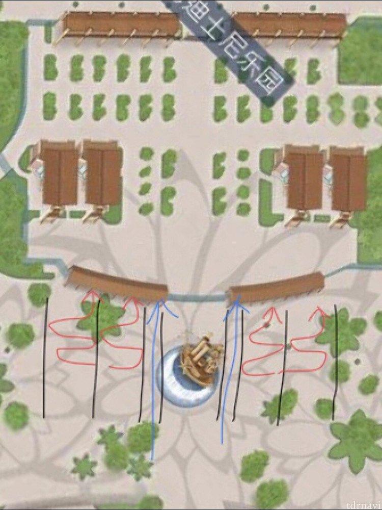朝(開園前から10時くらいまで?)は、正面ゲートの荷物検査は噴水を挟んで4ヶ所に横に並びます(赤いライン) 荷物がないゲストは青いラインを進めます。 雑な図ですみません(笑)