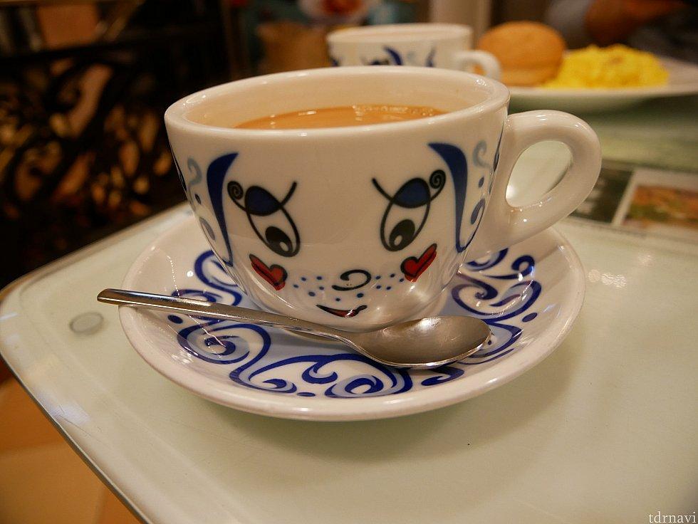 【翠華餐廳】 ホテルでは朝食を食べずに、朝はこちらに行きました。チェーン店で近くに2店舗あるようです。香港の定番メニュー、出前一丁を使ったメニューやクリスピーパンが美味しかったです。 人気で長蛇の列ができていました😌香港式のミルクティーも味わえます。このカップがかわいい✨