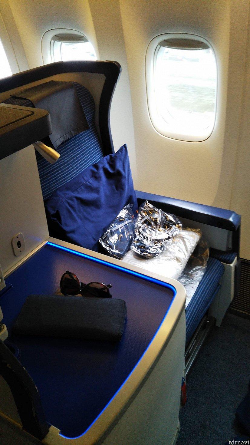 楽しい夢の国への旅の始まりです。 座席は7Aを指定しました。 大部屋の一番前の窓際席です。