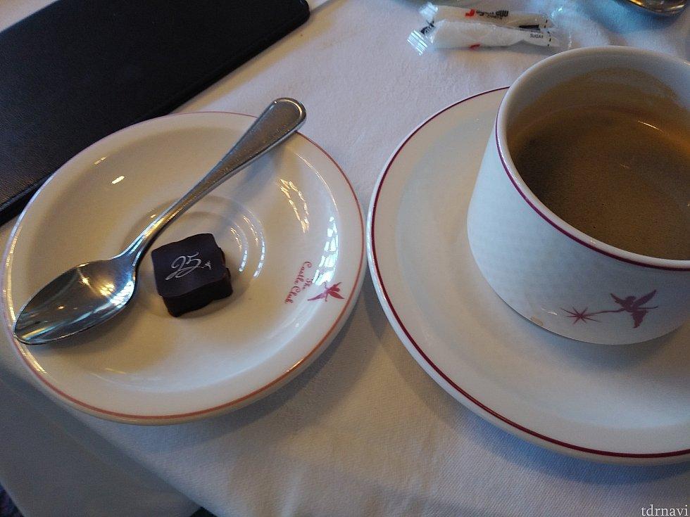 コーヒーを頼むと25周年プリントのチョコレートがついてきました。