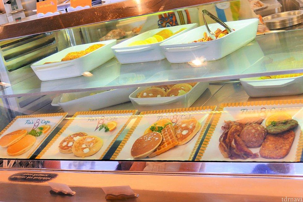 朝食の様子②パンケーキやワッフル、カリカリベーコンなど、好きなものを好きなだけのせてくれます♪