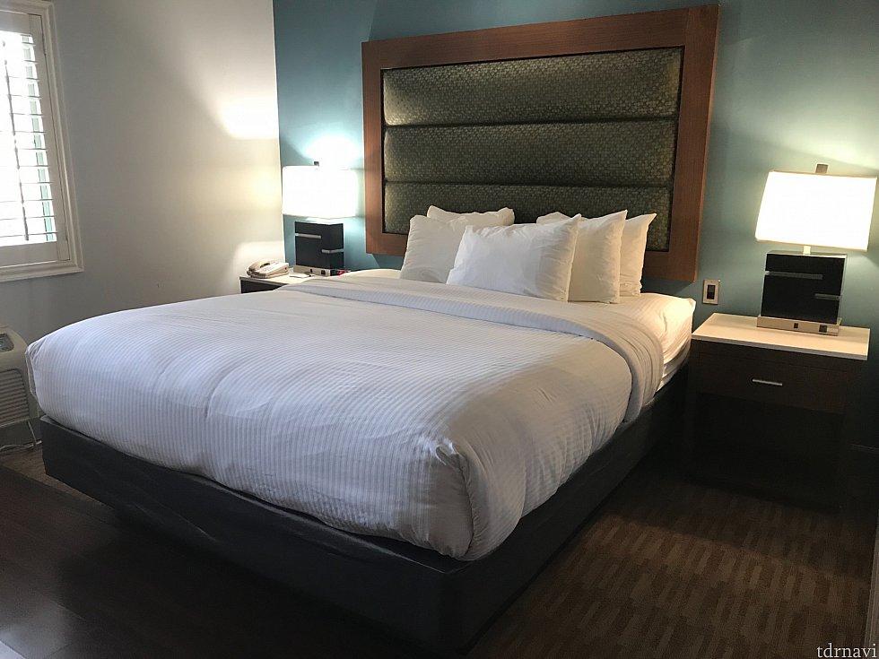 ベッド横には充電できるコンセントがありました。