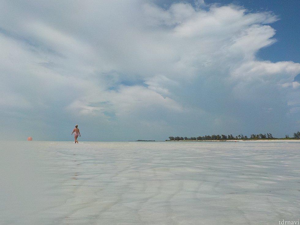 大人エリアは、遠浅の海。 こちらは透明度抜群です。 ずっと先まで歩いて行けるので映画のような体験ができます。 ディズニー色は薄めですが、バハマの海を感じるのであればこちらが一番です。やはり島の最後はここで〆。