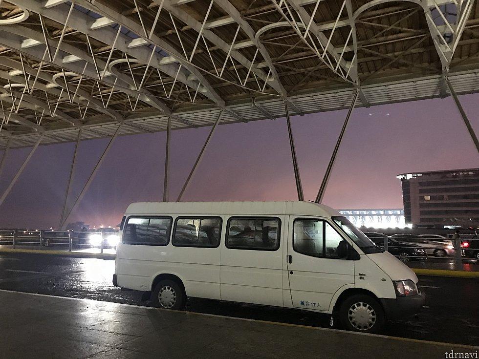 こんな感じの車で空港まで送っていただきました