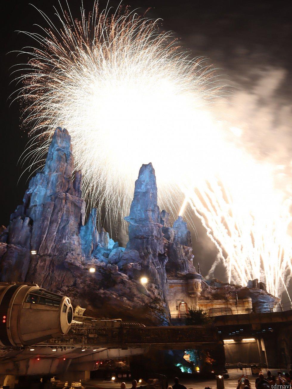 最後はエリア全体が明るくなるほどの大量の花火が!現地を訪れた際はぜひご覧ください!