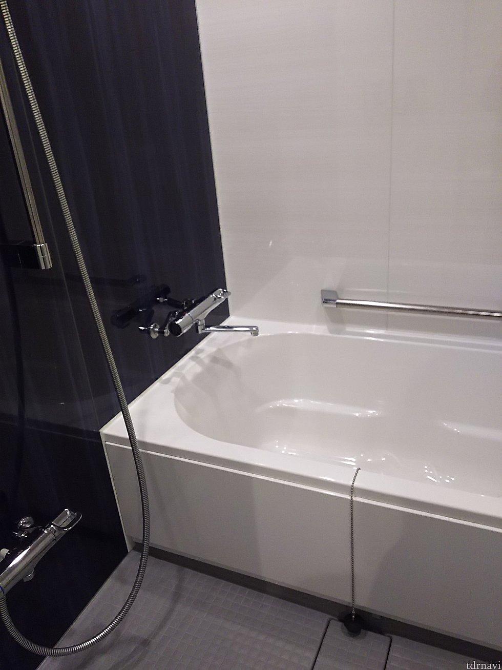 洗面器やイスが常設してない洗い場つき風呂(無料貸出あり) シャワーヘッド、何の機能もなく至って普通。