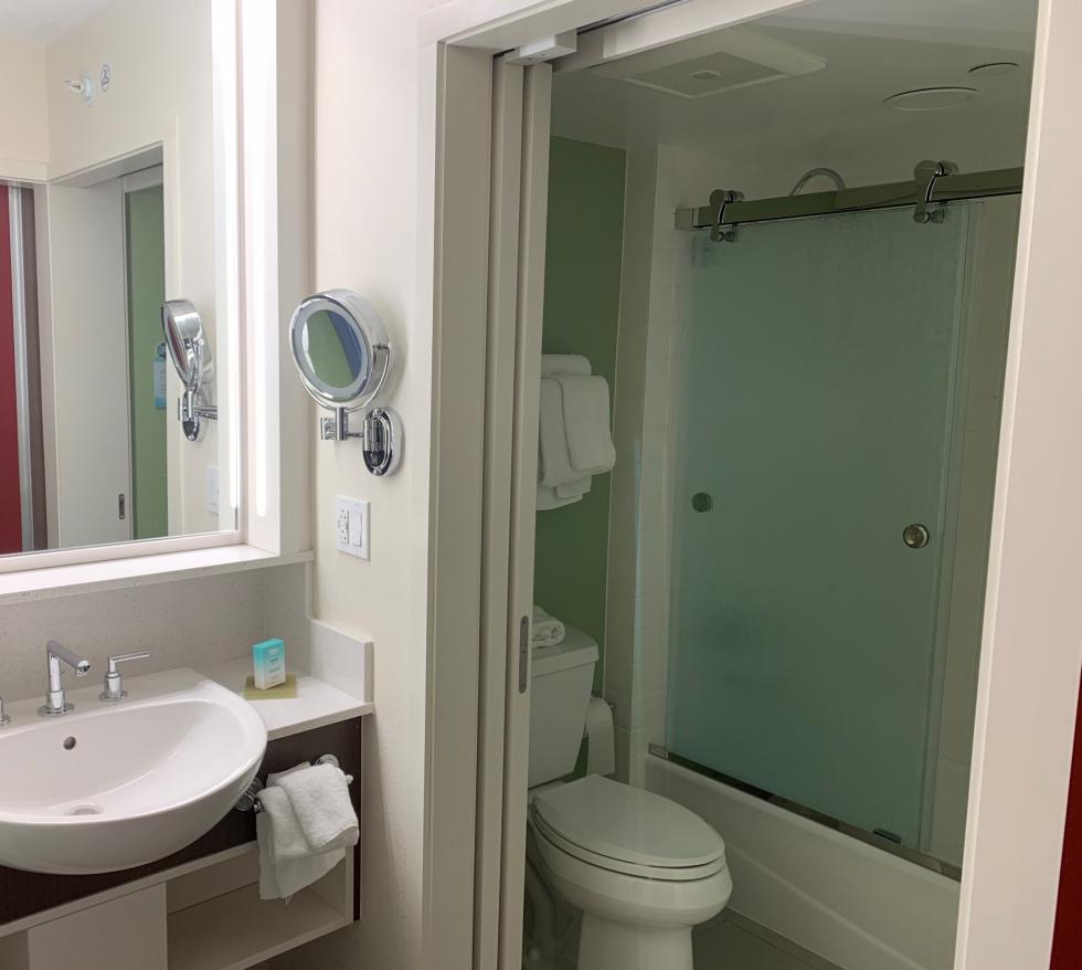 また、洗面台にも デラックスホテルにあった可動式の鏡が設置されて これもパワーアップ