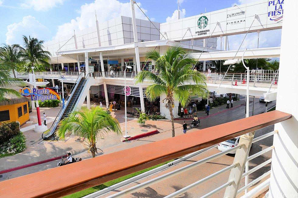 2階に来ました!クルーズのターミナルビルはこんな感じです!道なりに進んで道の向こう側に行くと、下りエスカレーターがあります。