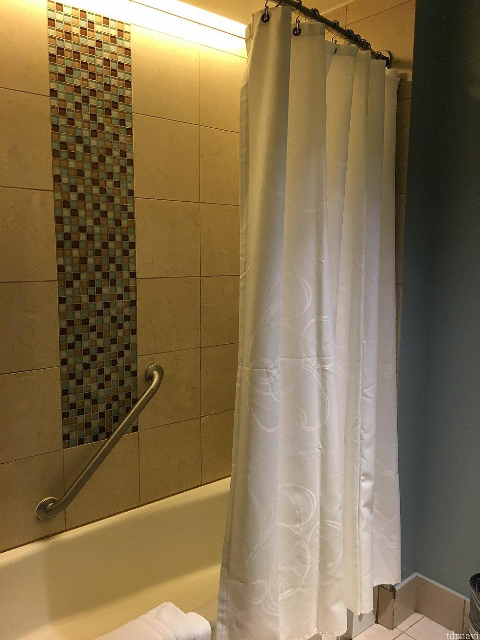 シャワーカーテンをよく見ると、ミッキーがいるのがわかります。