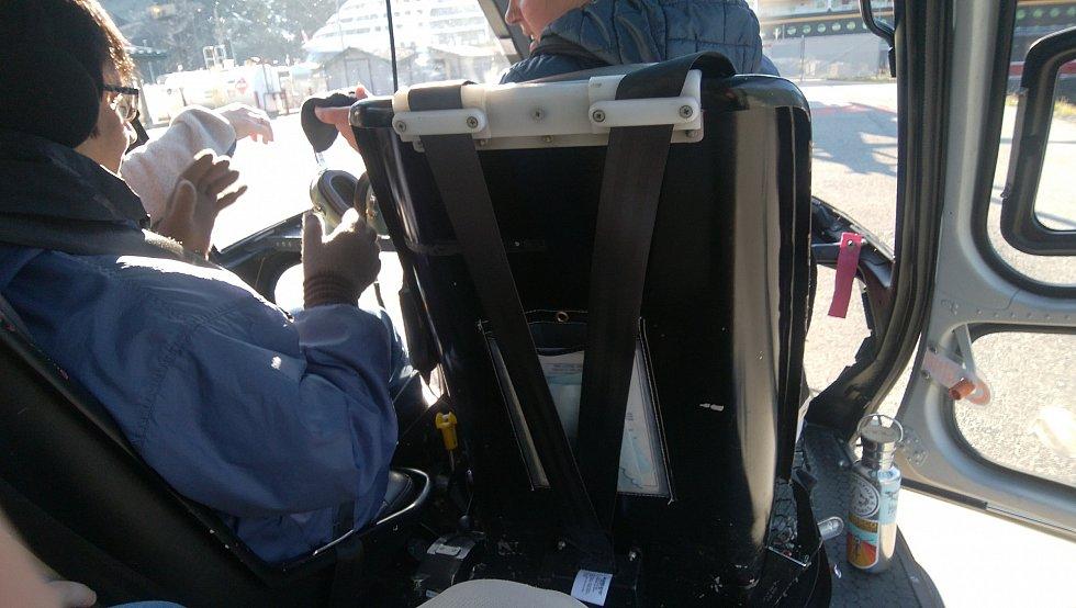 機内でヘッドセットの使用方法の説明