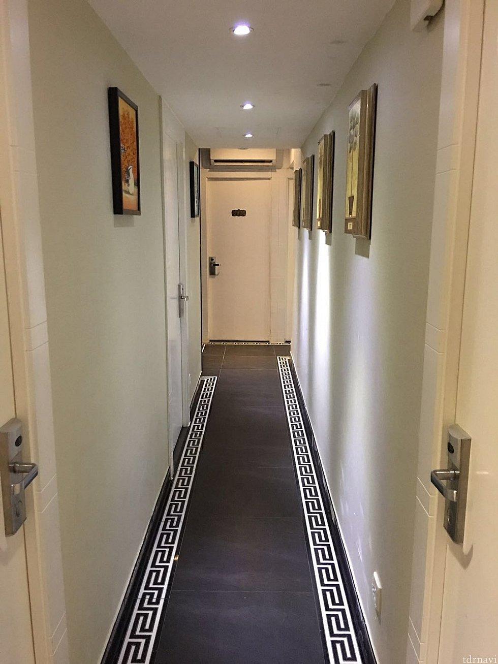 客室へ向かう通路です。清潔ですが超狭いです💦