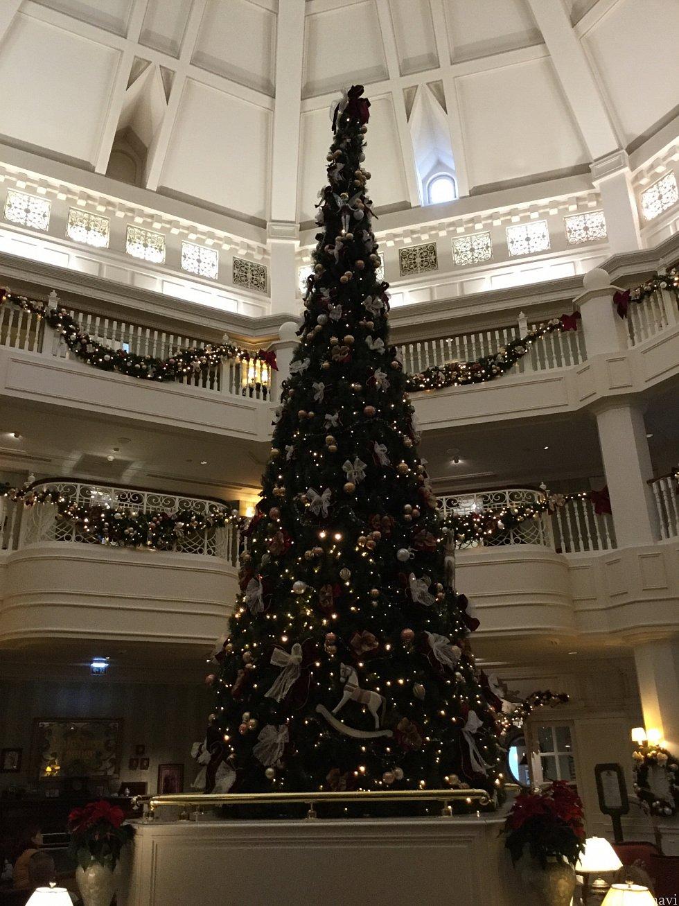 店外のソファエリアの中央にはクリスマスツリーが