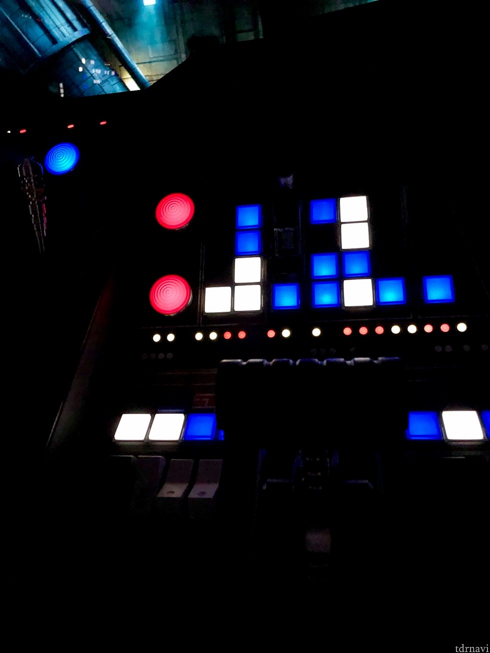 カラフルなボタンはそれぞれ押すと音が出たりします。「このボタンを押して」などの指示が音声で出されますが、どれを操作するかは光って分かりやすくなっていますので、操作はとっても簡単。