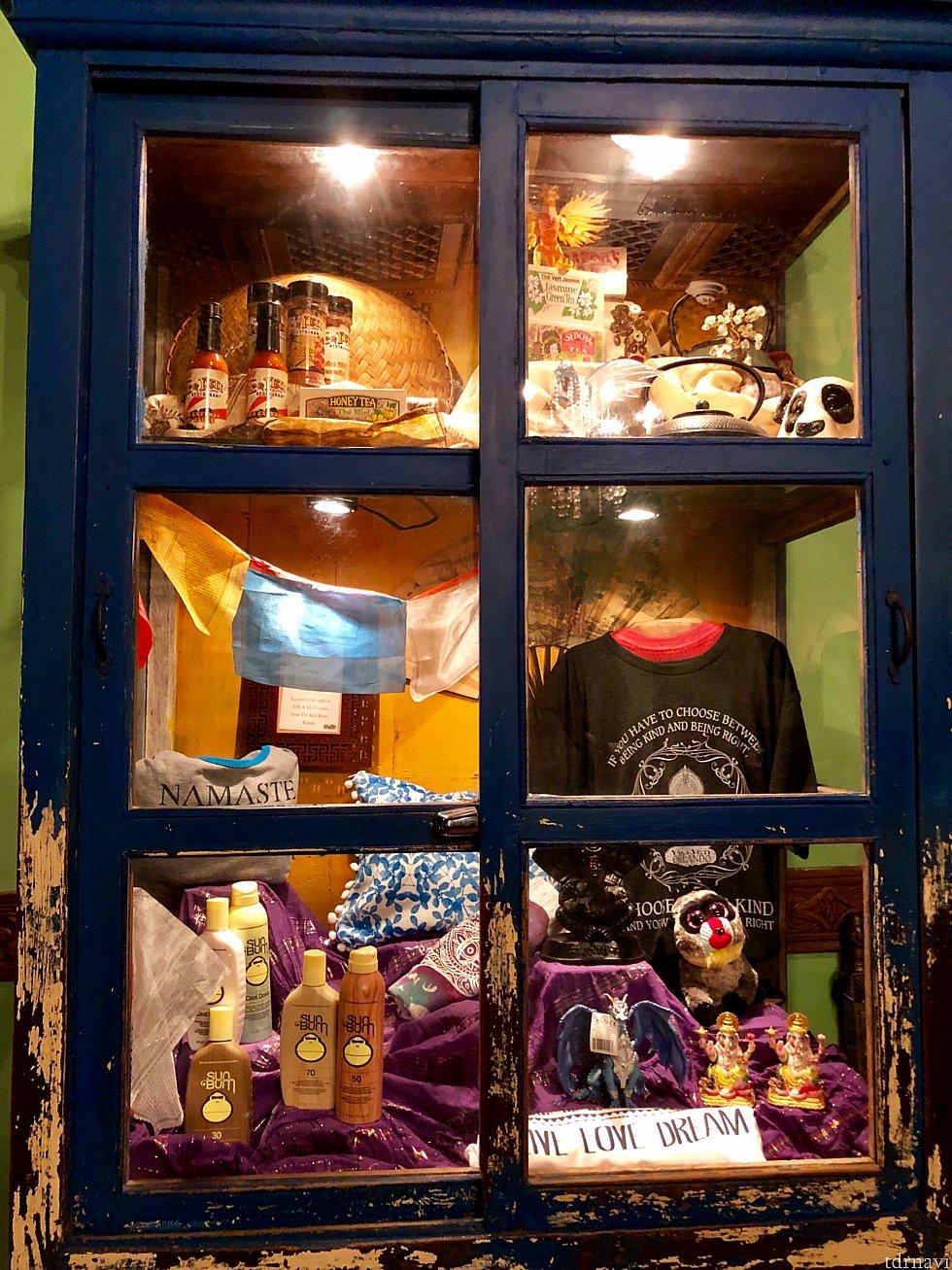 この部屋には民芸品や日焼け止めなどのお土産のディスプレイが。本当に東南アジア諸国に来ている感じになります。