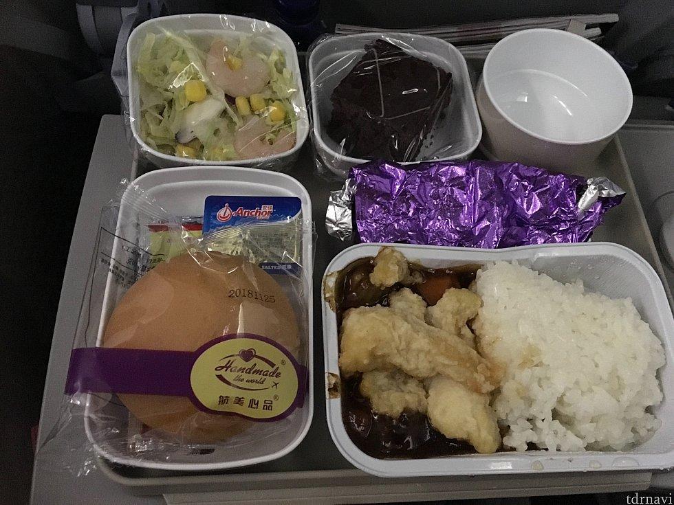 北京→羽田便の機内食。機内食でこれは…というのがなかったのも良かったです。私はそこまで困ったことがなかったので、予算を抑えるなら使うかなと。